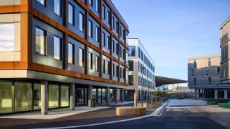 Midtbygget og torget i Bergen Business Park. Bygget har BREEAM-NOR Excellent-sertifikat for prosjekteringsfasen. Foto: Mats Lie AS.