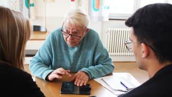 Hans Rosenqvist har bland annat lärt sig att kolla på travet i sin telefon. Foto: Cilla Montgomery.
