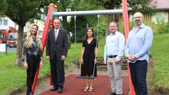 Über die neu gestaltete Spielfläche freuen sich (von links): Isolde Koch, Matthias Waßmann (beide Raiffeisenbank HessenNord eG), Kerstin Ruhnau, Alexander Witzel (beide Hephata) und Sven Tewes (Förderverein).
