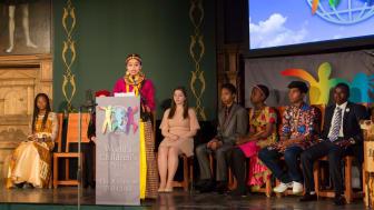 Barnens presskonferens hålls av barn från tio länder i rikssalen på Gripsholms slott i Mariefred, i närvaro av de tre barnrättshjältar com är 2018 års pristagare.