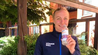 Sara Sjöström dricker en svalkande Vitamin Well Summer