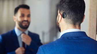 Man som bär Cochlear™ Osia®-systemet