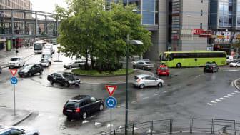Vanskelig? Mange er usikre på hvordan de skal kjøre i rundkjøringer, særlig der det er flere filer. FOTO: Gjensidige