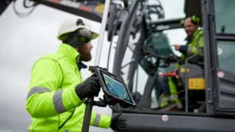 Algiz-rt8-rugged-tablet-GIS-workers