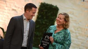 Adm. dir. i Ookla, Doug Suttles overrekker prisen som anerkjenner at Telenor Norge har verdens raskeste mobilnett til Berit Svendsen. Foto: Martin Fjellanger
