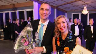 Vinnare av SunPines Hållbarhetspris 2019. Per Swärd, vd, och Malin Carlborg, kommunikationsansvarig, Smurfit Kappa, Piteå.