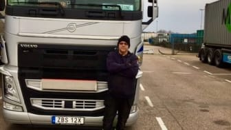 Mattias Creutz framför en av sina lastbilar