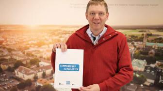 Lars Berg visar upp Skaras klimatlöften