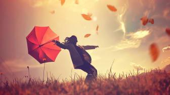 Wind und beheizte Räume sorgen im Herbst für trockene Augen.