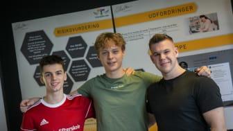 Fra venstre mod højre ses Peter, Tobias og Nikolaj foran deres marketingsmateriale, som de selv har lavet klar til DM i Erhvervscase