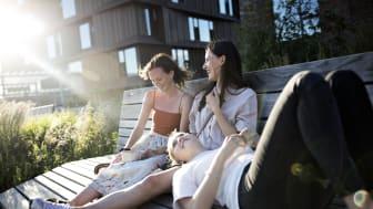 Amalie Møller Andersen (tv.) med veninderne på en bænk på tagterrassen på Nordbro