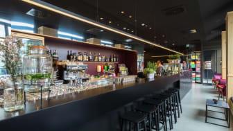 Bar und Eingangsbereich im Meininger Hotel Leipzig Hauptbahnhof