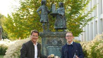 Paulaner Geschäftsführer Dr. Jörg Lehmann stößt mit Christian Dahncke, 1. Braumeister Paulaner Brauerei, auf den European Beer Star Award an