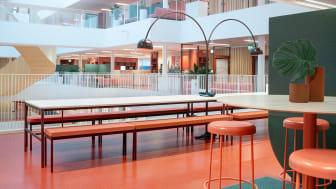 Studieplatser för studenter i visuell kontakt med kontorsvåningsplanen.