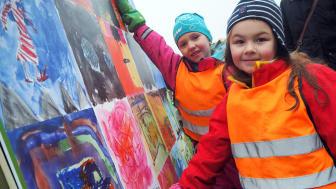 Amanda och Alva är två av över 160 barn från Kulturskolan och Ljunggårdens förskola som har målat på temat Framtidens resande. Alla konstverk visas nu vid Furulund station.