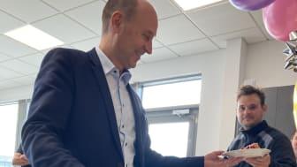Jens Skifter delar ut tårta.jpg