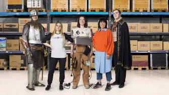 En riddare, en vampyr och en magnetisk kvinna spelar huvudrollerna i NetOnNets nya kampanj. Här syns alla karaktärerna tillsammans med Carola Tiberg, marknadschef för NetOnNet.