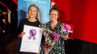 Tres Emma Brandt och Henny Tesch tar emot priset Årets employer branding-företag 2017