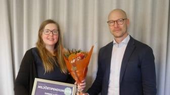 Therese Sjöblom tog emot årets miljöstipendium av Textilias Miljö-och kvalitetschef Jonas Olaison på Textilias huvudkontor i Örebro.
