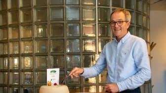 Kjell Fredrik Løvold, banksjef i Cultura Bank, feirer med kake.