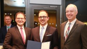 Freuen sich mit den ersten Absolventen des Certified Advisor Managed Health Care: Vorstand Holger Wessling, Bereichsleiter Michael Gabler, Firmenkundenberater Jörg Joswig und Bereichsleiter Heribert Vossen (v.l.)