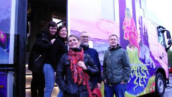 Äntligen! Nu rullar Kristianstad kommuns nya bokbuss ut på vägarna. Från vänster syns Ann Bågenheim, bibliotekarie, Eva Stjernfeldt, chaufför, Lotta von Bülsingslöwen, kulturstrateg, Birger Carlsson, chaufför, Tobias Hjertzell, bibliotekarie.