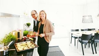 Nils och Alicja lagar mat