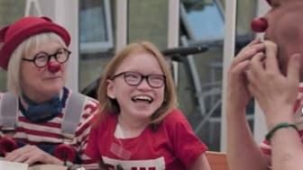 Hospitalsklovnene Ludo og Zippo beøger Rebekka på hendes 13-års fødselsdag.