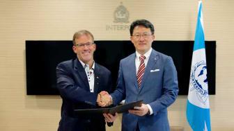 Avtalet undertecknades idag i Singapore mellan John Stewart, Global chef säkerhet och Interpols globala innovationschef Noboru Nakatani.
