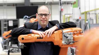 Fredrik Danielsson, nyutnämnd professor i Automation, uppskattar att arbeta med industrinära forskning. I det avancerade automationslabbet på Produktionstekniskt centrum genomförs en hel del praktiska försök. Foto: Andreas Borg, Högskolan Väst.