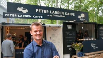 Administrerende direktør Claus Bertelsen på dette års Smukfest i Skanderborg, hvor Peter Larsen Kaffe bl.a. samarbejdede med Bakery By Doktor, der bagte brød med rester fra kaffeproduktionen i Viborg.