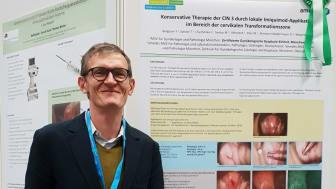 Dr. med. Florian Bergauer vor dem Beitrag der Arbeitsgruppe