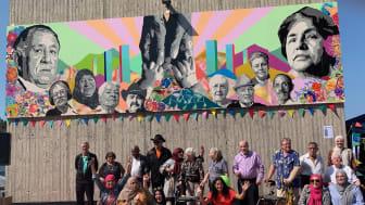 Konstnärerna, ledare och hjälpteam framför Seniorernas konst i Fittja