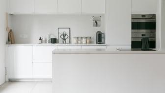Fotograf Karine Köng skapar ett ljust och minimalistiskt skandinaviskt inspirerat kök som möter hennes familjs behov och påminner henne om färgerna på de omgivande stränderna.