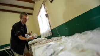 100 000 glasögon ska samlas in. Maria, optiker hos Synoptik, sorterar glasögon i Bolivia, 2012