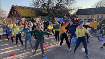 Mer än hälften av förra årets Äventyrare är tillbaka även i år. Här välkomnar de sina nya Äventyrarkollegor med en fartfylld flashmob.