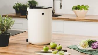 Den nätta och smidiga Bokashi-hinken rymmer 9,6 liter och den snygga designen gör det roligt att ha den framme i köket.