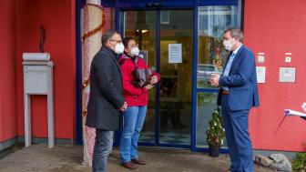 Rainer Möller und Tatjana Puusepp von der Hephata-Behindertenhilfe freuten sich über den Besuch von Kreisbeigeordnetem Karsten Krug (von links).
