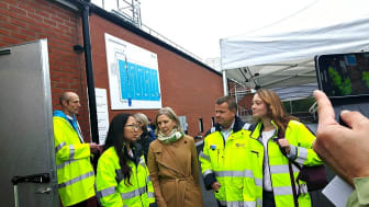 Miljöminister Karolina Skog flankeras av fr.v Robert Selén, Anna Lövsén, Anders Johansson och Rebecka Hovenberg, alla från Teknuiska verket i Linköping