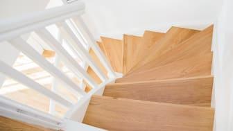 Nyrenoverad trappa sedd ovanifrån