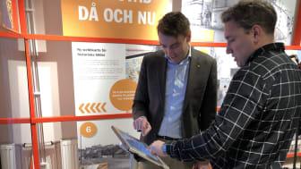 Erik Nilsson och Henrik Sjöberg vid utställningen i Karlstadsrummet.