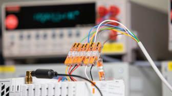 Genomgångskontakterna i serie 221 från WAGO gör det möjligt att ansluta och koppla bort kablar på ett säkert sätt utan verktyg. Fotokälla: WAGO