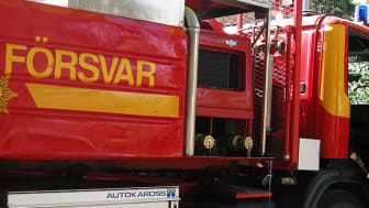 Bild som visar brandman som kliver in i en brandbil. Bild: Mostphotos