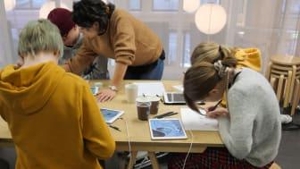 Kunstnernes Hus skal bidra til at skoleelever får innsikt i samtidskunst. De skal få kunstnerbesøk og workshops på skolen og besøke utstillinger på Kunstnernes Hus. (Foto: Tegnerforbundet)
