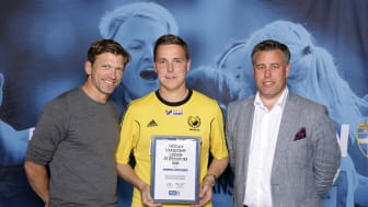 Andreas Appelgren från Mölnlycke IF tar emot Woody Ungdomsledarstipendiet. Här tillsammans med Jesper Blomqvist och Mikael Tykesson.