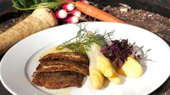 Stekt strömming med vit sparris, örter och potatispuré