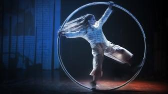 Cirkusartisten Sarah Lett. Satyagraha på Folkoperan. Foto: Markus Gårder