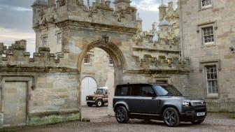 Defender V8 bygger på flere tiår med Land Rover V8-tradisjoner, og blir nå en del av Land Rovers utvalg av Plug-In hybrider og effektive Ingenium bensin- og dieselmotorer.