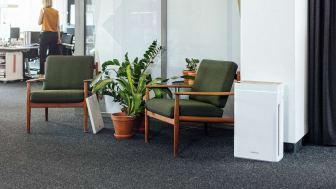 Der AiroDoctor® Raumluftreiniger im Einsatz. Dank 4-stufigem Filtersystem mit UV-A-Photokatalyse eliminiert er nachweislich Viren und Bakterien aus der Luft
