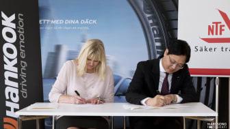 Mr Lee, MD Hankook Tire Sweden och Marie Nordén, Generalsekreterare NTF signerar partnerskapsavtal.